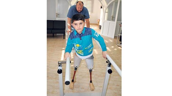 Suriyeli çocuğun protez sevinci