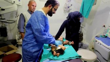 Gönüllü doktorlar Suriyeli çocukları sünnetini yaptı