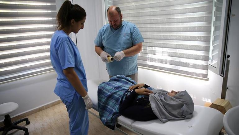 Suriyeli öğretmen Elvan protez bacağına kavuşuyor