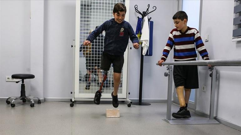 Protez bacaklarıyla umuda koşuyorlar